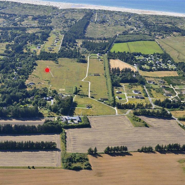 De locatie van het huisje als aangegeven op een shot uit de lucht, met een strand op de achtergrond