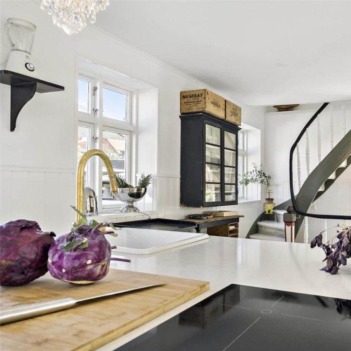 Een gasfornuis en plank met groentes in de keuken