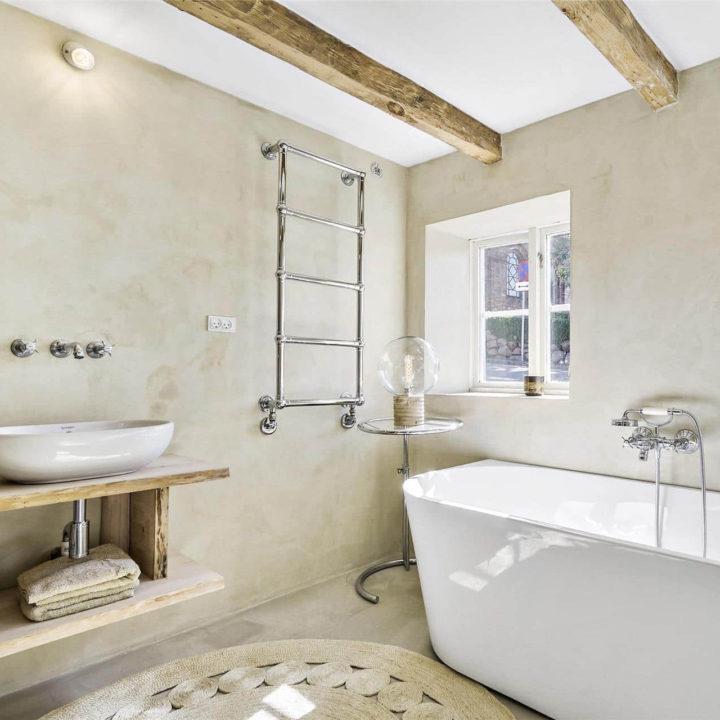 Een ladder met 5 treden naast een bad