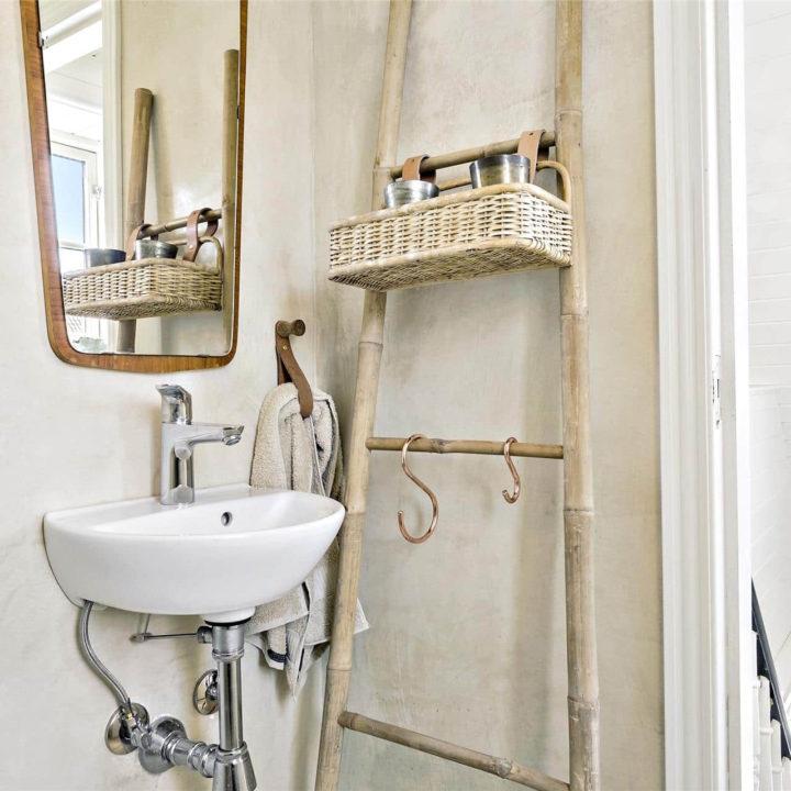 Een ladder met hanghoeken in de badkamer
