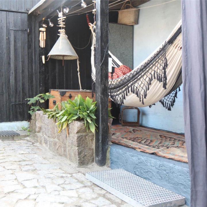 Een hangmat op een stenen terras