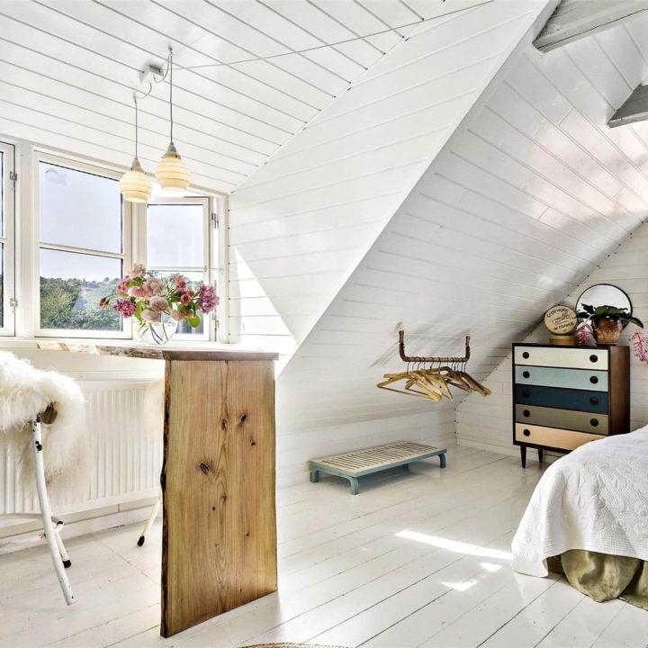 Een bureau in een lichte kamer, naast het raam