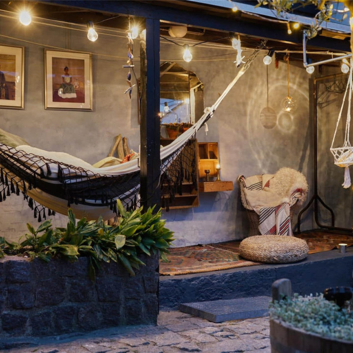 Een hangmat belicht door verschillende lampjes