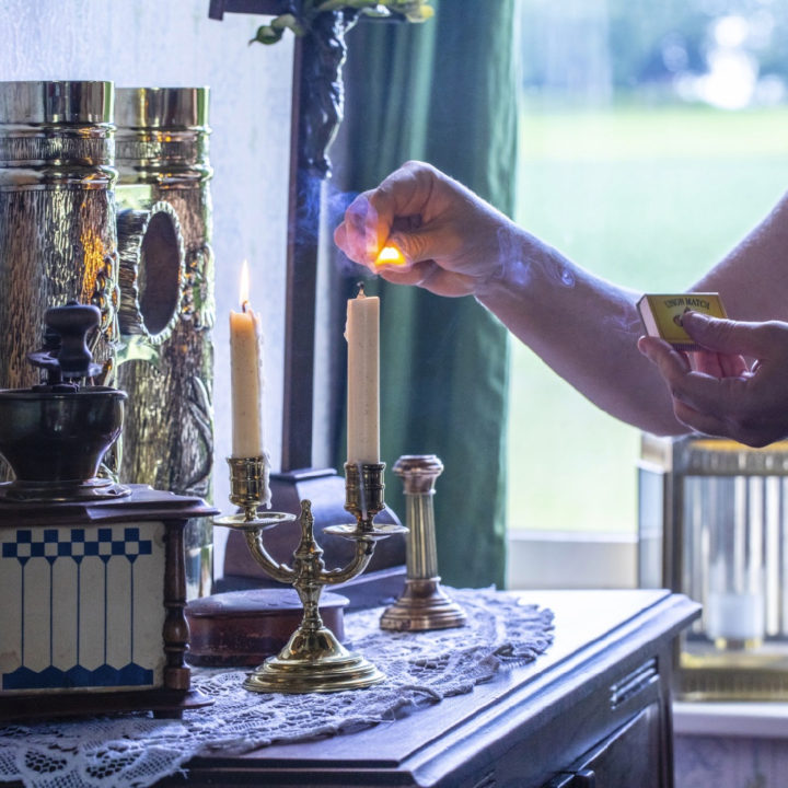 Kaarsen aansteken in een vakantiewoning