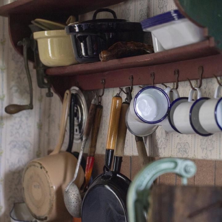 Nostalgische potten en pannen aan de wand