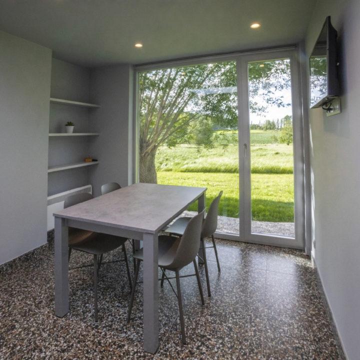 Tafel met stoeltjes in barak in België