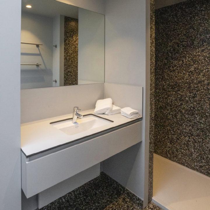 Badkamer van een eenvoudig vakantiehuis