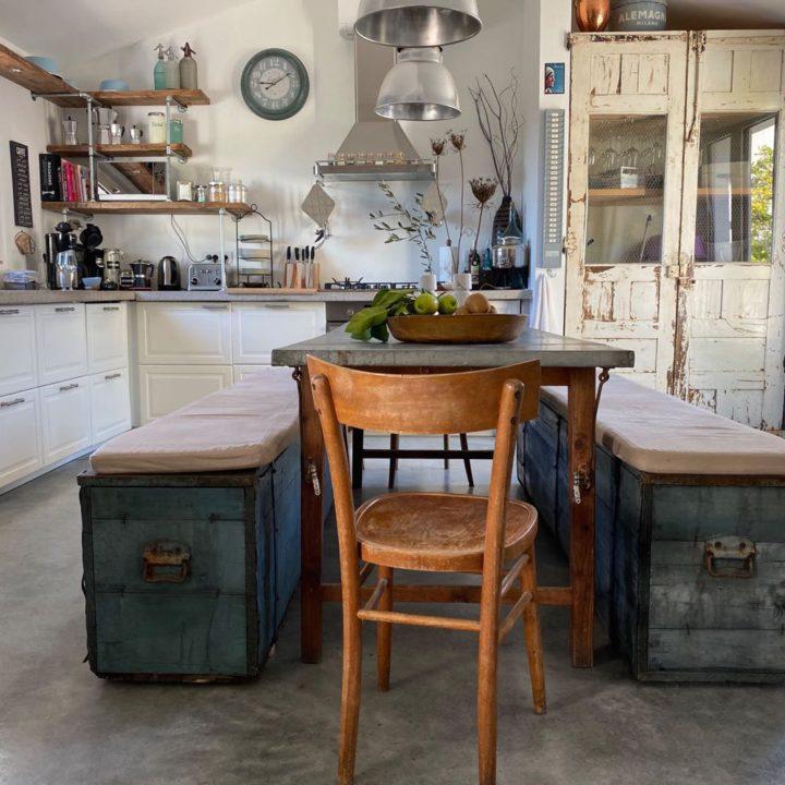 Tafel in de woonkeuken van het vakantiehuis