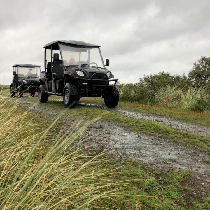 Terreinwagentjes tijdens een safari op Ameland