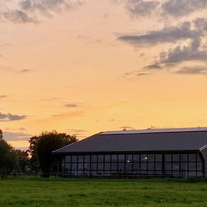 Indoorcamping bij zonsondergang