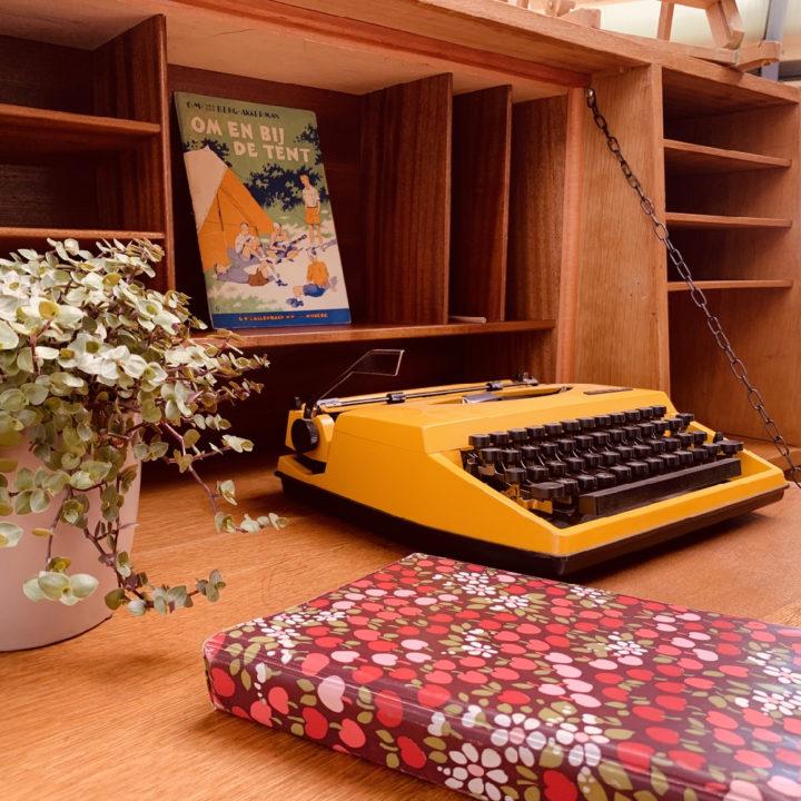 Typmachine in een oud houten kastje