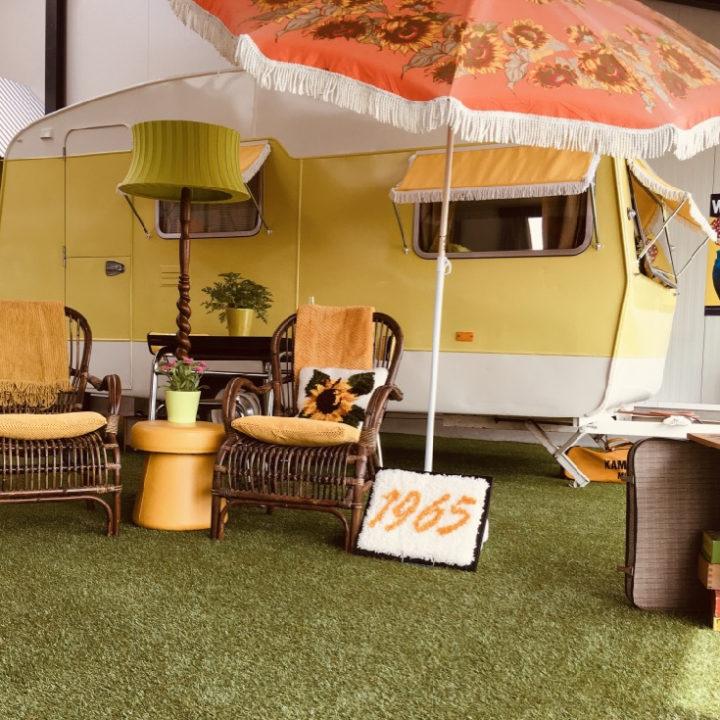 Indoor camping met grastapijtje en parasol