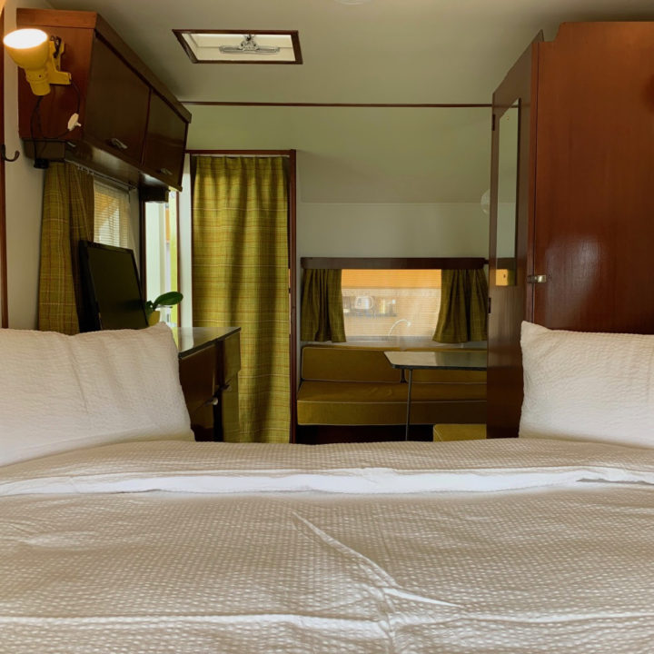 Opgemaakt bed in de caravan