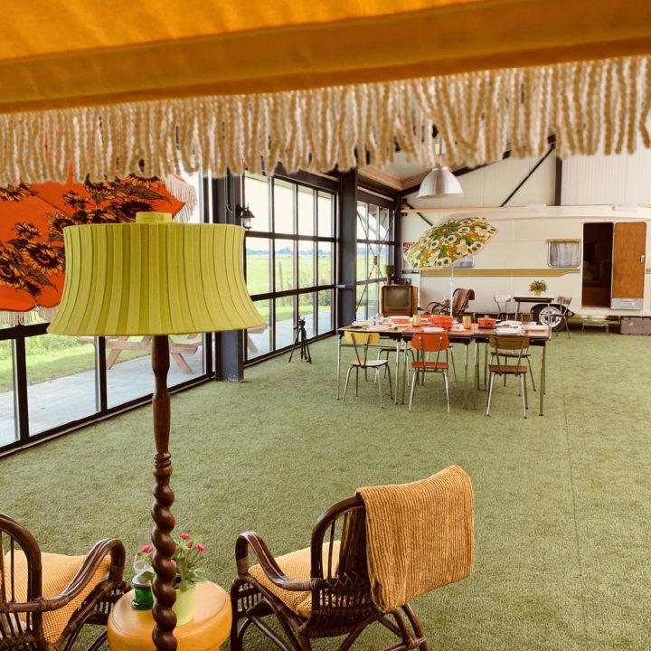 Schemerlamp en zitjes op de indoorcamping