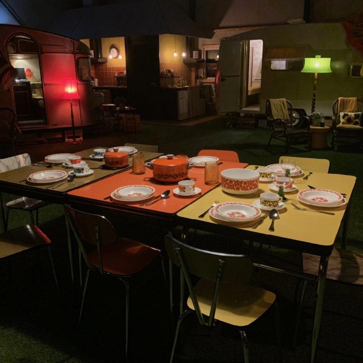 Gedekte tafels op de overdekte camping