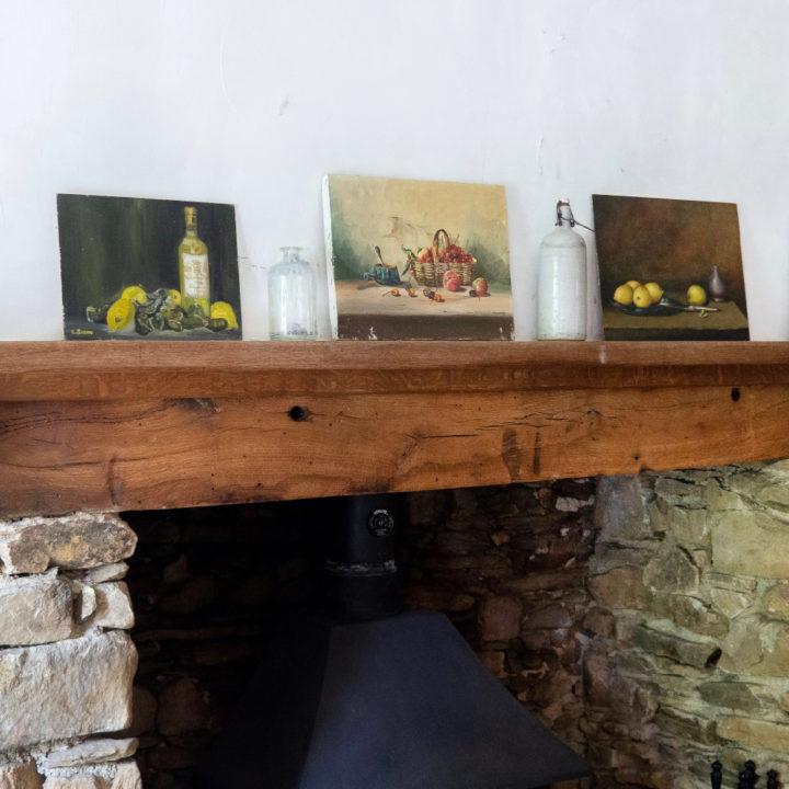 Schilderijtjes op de schouw in de gite