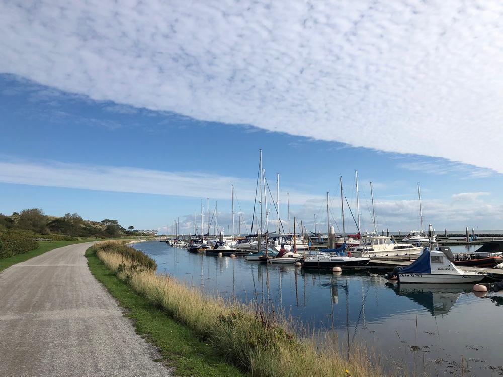 Fietspad langs de haven op Terschelling