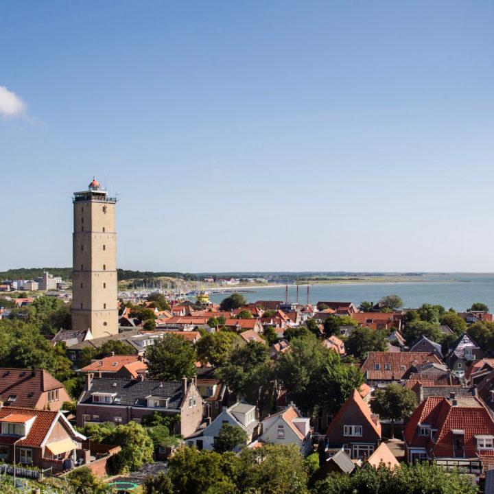 Zicht over het dorpje West-Terschelling met de markante vuurtoren