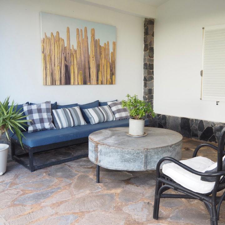Overdekte loungehoek bij het vakantiehuis op Tenerife