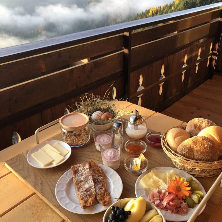 Ontbijt op het balkon in de bergen