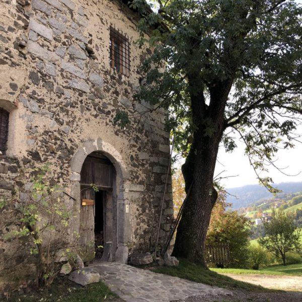 Robuuste muren van een slot in Zuid-Tirol
