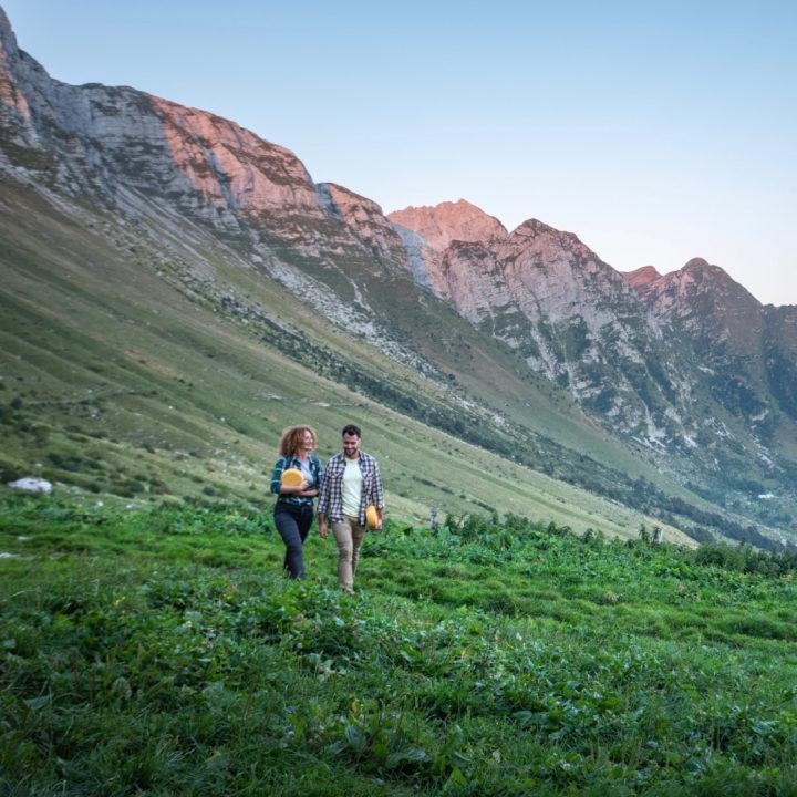 Twee mensen die wandelen over een grasveld
