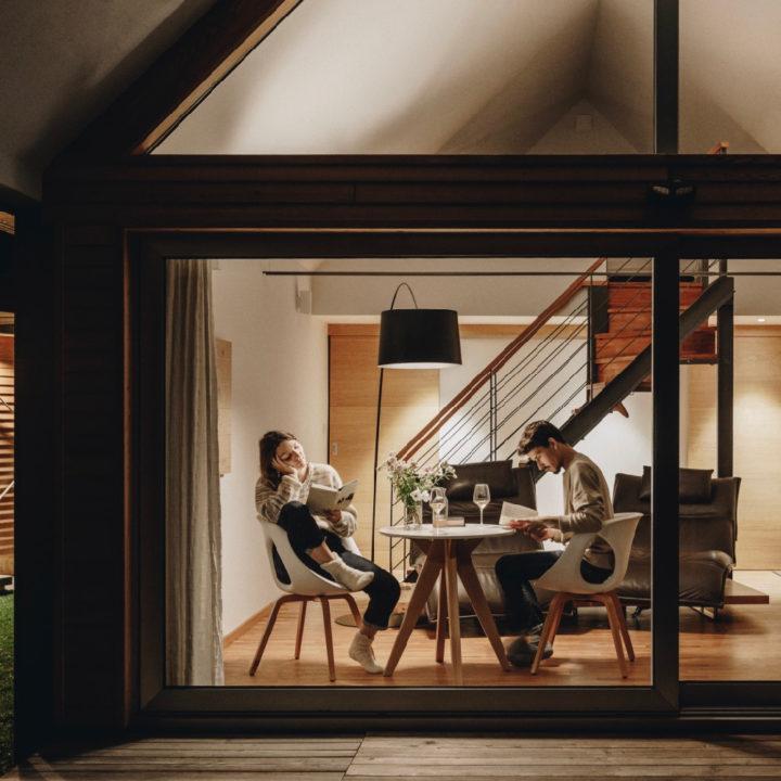 Twee mensen aan een tafel voor het raam