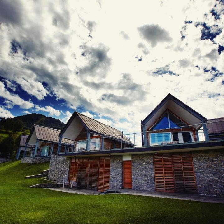 Huizen met een aangrenzend grasveld