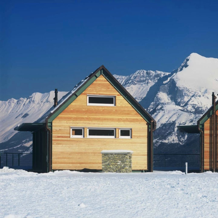 Huis omringd door sneeuw