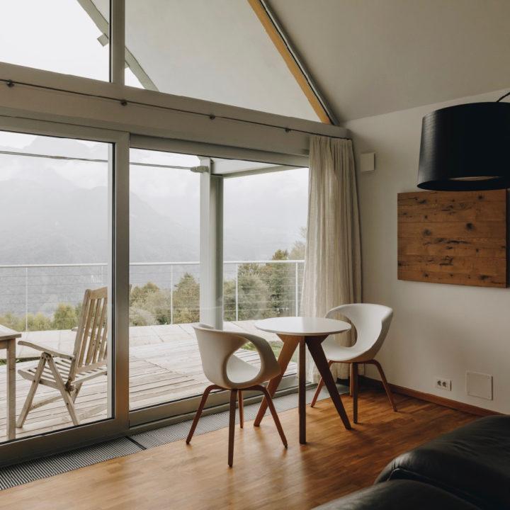 Tafel met stoelen voor het raam