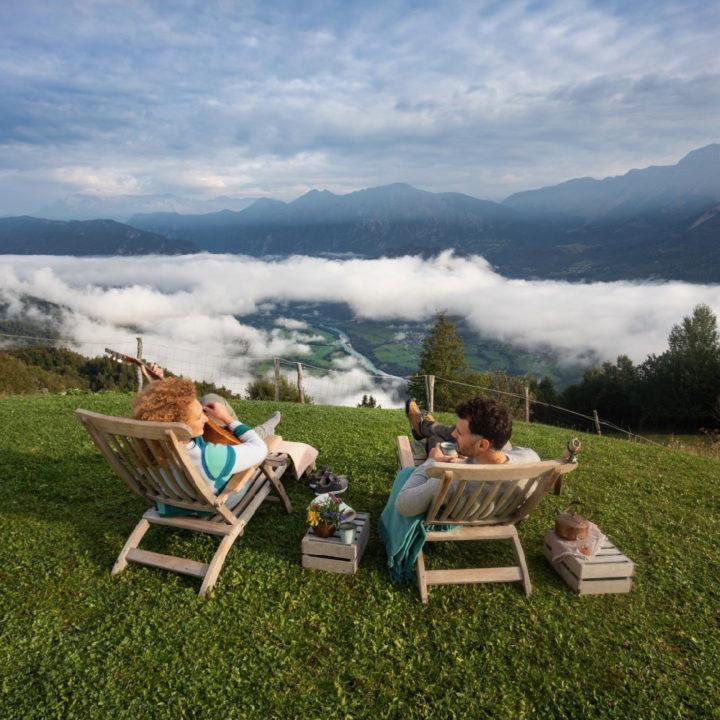 Mensen op stoelen die kijken naar de bergen