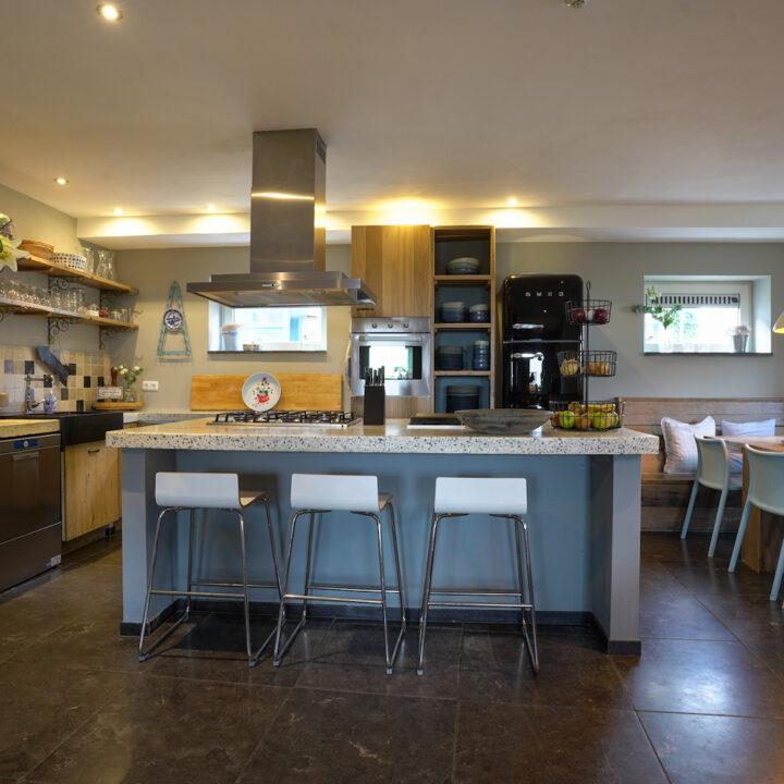 Keuken met kookeiland in de groepsaccommodatie