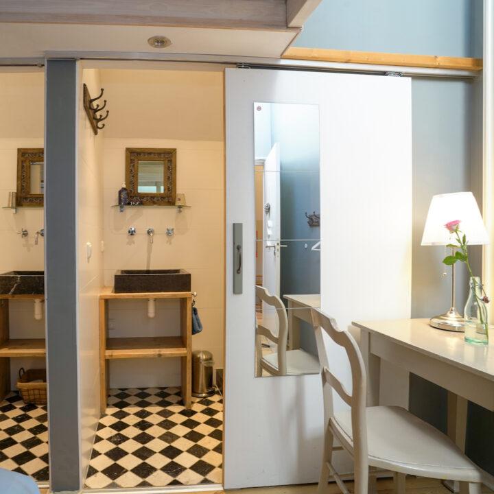 Badkamer bij de slaapkamer in de groepsaccommodatie
