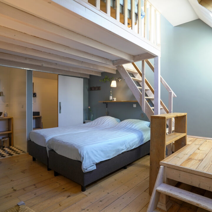 Slaapkamer met een vide voor extra bedden