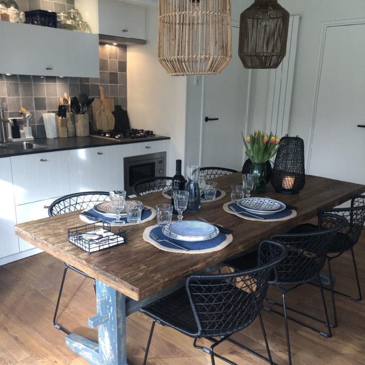 Gedekte tafel bij de open keuken in het vakantiehuis