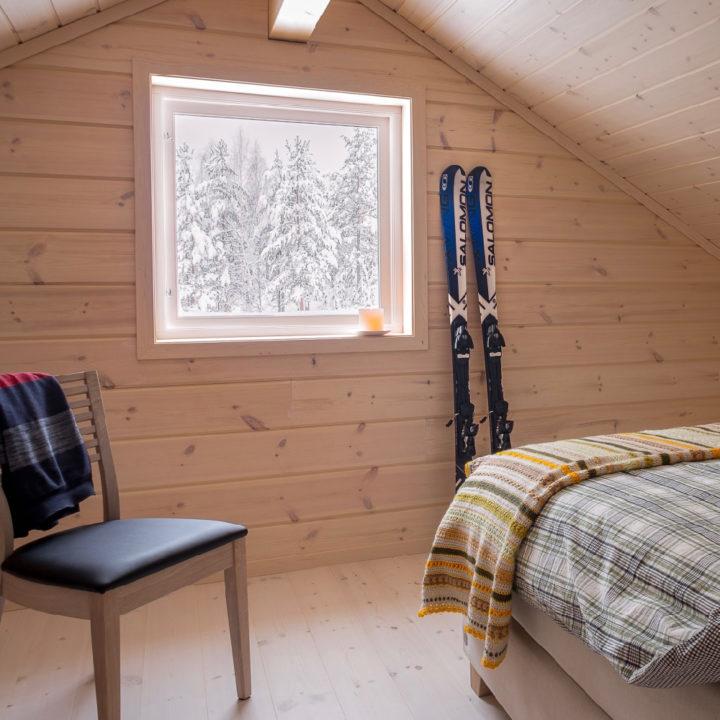 Slaapkamer met lichte houten wandel