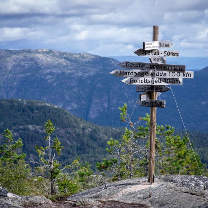 Routebordjes boven op een berg in Noorwegen