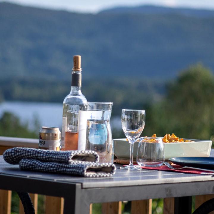 Glas wijn met glazen op tafel met uitzicht over de heuvels