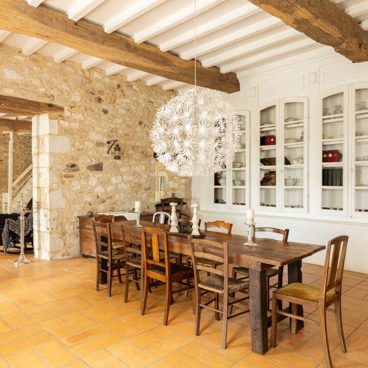 Lange eettafel in een keuken van een Frans vakantiehuis