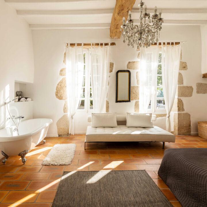 Slaapkamer met ligbad op pootjes