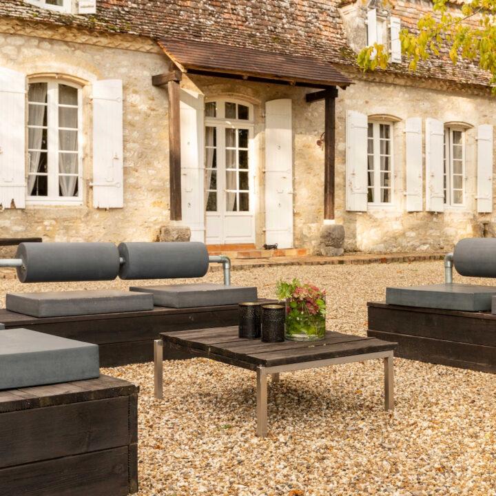 Loungebanken voor een karakteristiek Frans vakantiehuis