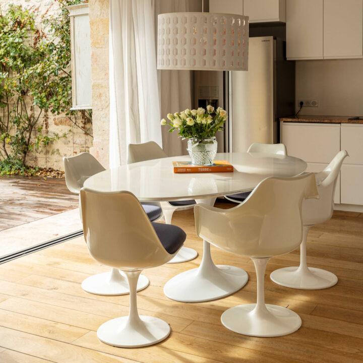 Ovale eettafel met 6 eetstoelen in het Franse vakantiehuis