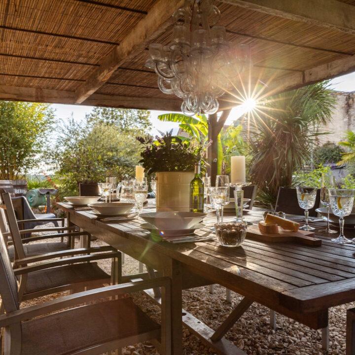Gedekte tafel waar de zon op schijnt