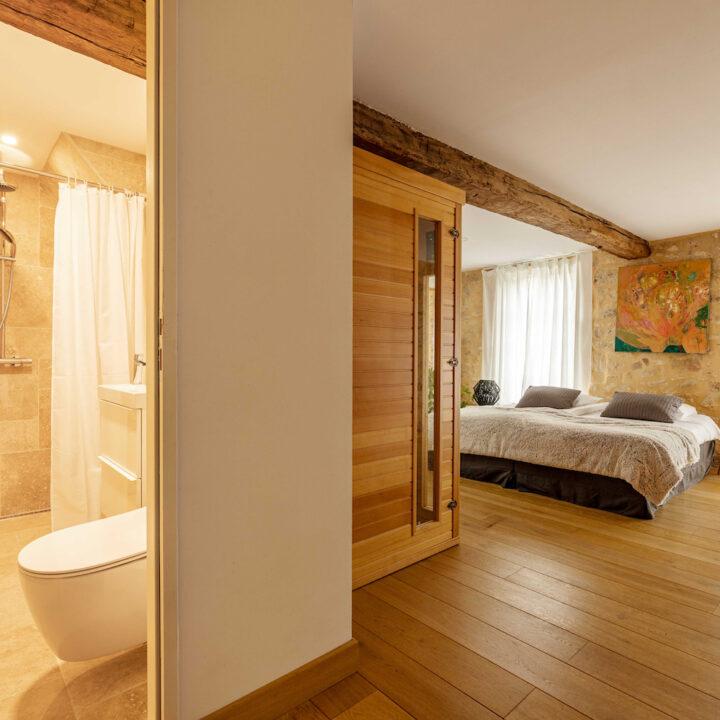 Slaapkamer met sauna en badkamer in het Franse vakantiehuis