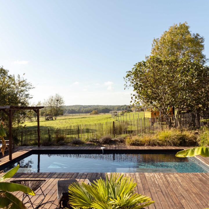 Zwembad met houten terras eromheen