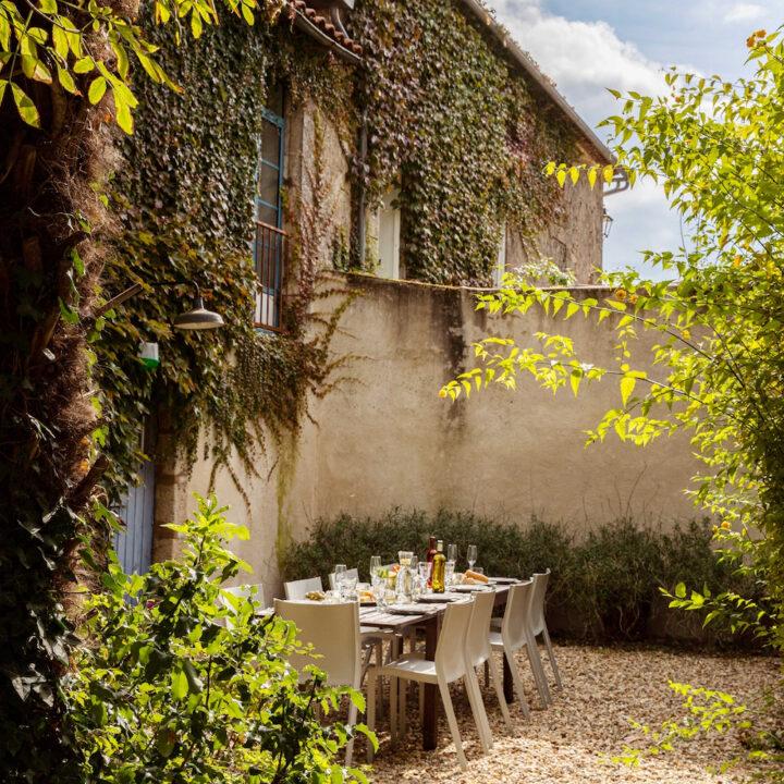 Gedekte tafel in ommuurde tuin