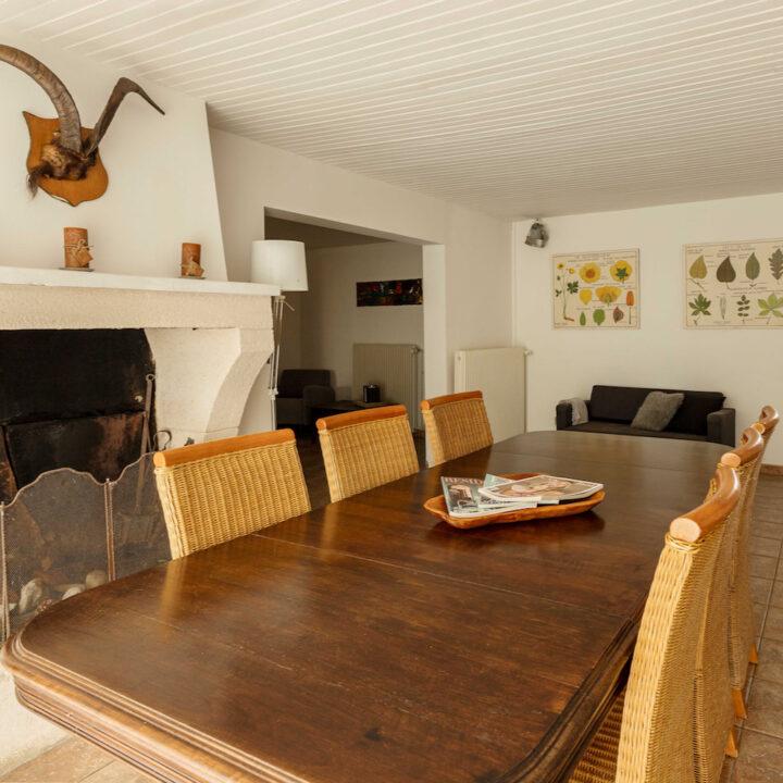 Tafel met zes stoelen in het vakantiehuis in Frankrijk