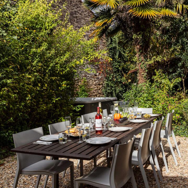 Gedekte tafel in de tuin van het vakantiehuis in Frankrijk