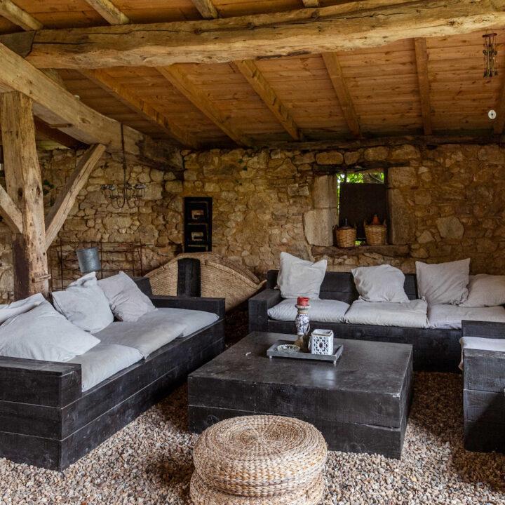 Overdekt terras in de tuin van het vakantiehuis in Frankrijk