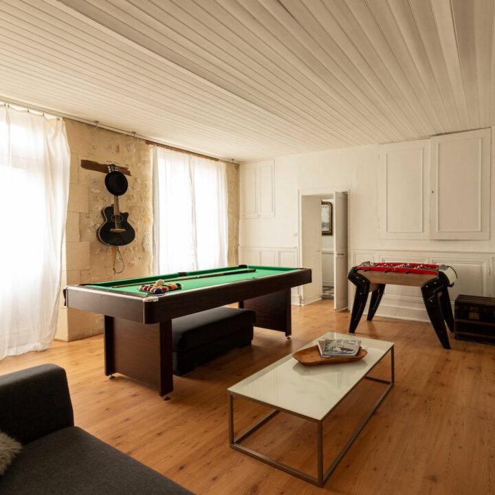 Kamer met biljart en tafelvoetbal